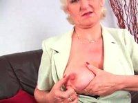 Зрелая блондинка доставляет удовольствие своему влагалищу