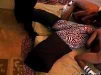 Негр имеет на кровати свою чернокожую подругу