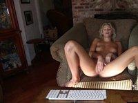 Блондинка снимает на веб-камеру свою мастурбацию