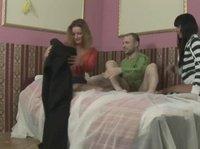Две сучки трахаются с парнем на кровати