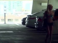 Чувак трахает в машине стройную блондинку