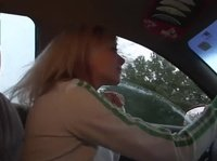 Блондиночка демонстрирует свою грудь