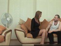 Мужик на диване трахает опытную шлюшку