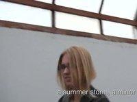 Хорошенькая блондинка сосет член и трахается раком