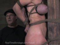Мужик наказывает связанную сучку