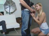 Блондинка удовлетворяет член друга своего парня