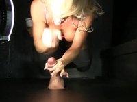Блондинка страстно сосет член из стенки