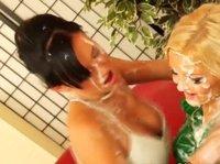 Две лесбиянки резвятся со страпоном