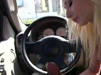 Блондинка сосет член в машине, а потом трахается на кровати