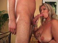 Возрастная блондинка резвится с сыном в комнате