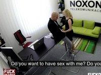 Блондинка отдается мужику в офисе