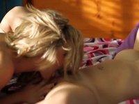Сексуальные подружки ублажают свои киски