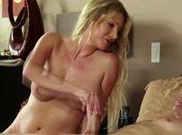 Опытная блондинка удовлетворяет большой пенис