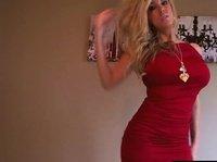 Грудастая блондинка обнажается перед камерой