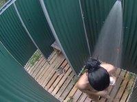 Обнаженная телка принимает душ