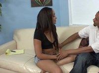 Сексуальная мулатка прыгает на черном члене