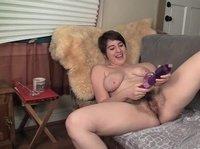 Толстушка резвится на диване с вибратором