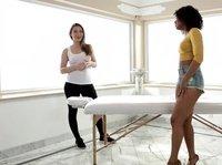 Шикарные телочки ласкают себя на столе