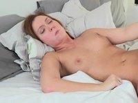 Хорошенькие лесбиянки ублажают себя шаловливыми язычками