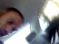 Негр в машине резвится со своей темнокожей подружкой