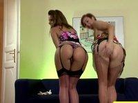 Аппетитные дамочки позируют перед камерой