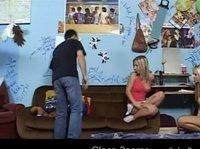 Мужик на диване удовлетворяет двух сексуальных студенток