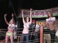 Роскошные дамы обнаженными сражаются в танцевальной битве