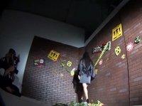Горячая азиатка позирует перед камерой вместе с зомби