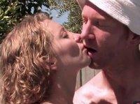 Сексуальная телочка отдается своему мужчине в надувном бассейне