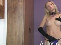 Грудастая блондинка удовлетворяет себя перед камерой