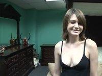 Заводящая девушка обнажается и позирует перед камерой