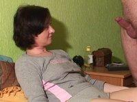 Опытная дама дрочит член своего мужчины