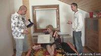 Зрелая дама трахается с двумя красивыми курьерами