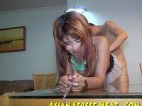 Мужик резвится с азиатской шлюшкой