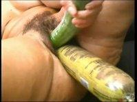 Дамочка занимается сексом с подручными предметами