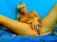 Блондинка играется на веб камеру