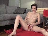 Худощавая девушка мастурбирует щель, сидя на полу