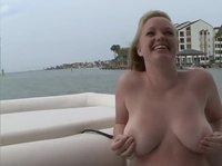 Блондинка с большой грудью разделась на катере