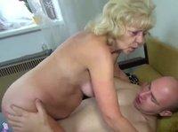 Зрелая женщина трахается с возбужденным сыном дома