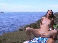 Молодая пара занялась любовью на пляже у моря