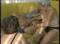 Три старухи занимаются лесбийским сексом на диване
