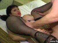Мужик жарит опытную проститутку без презерватива