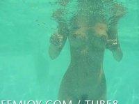 Привлекательная милашка купается голышом