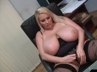 Знойная толстушка мастурбирует, сидя за столом