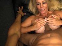 Блондинка умело сосет и дрочит буферами