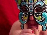 Баба в маске делает минет мужчине от первого лица