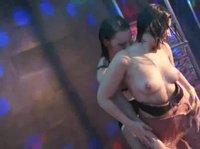 Лесбиянки зажигают на сцене ночного клуба