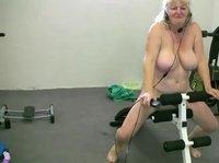 Старая женщина занимается спортом в обнаженном виде
