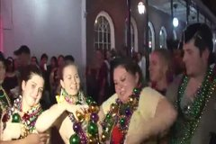 Девушки с голыми буферами собирают награды на улице