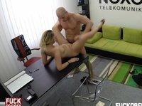 Жесткий начальник трахает подчиненную на столе